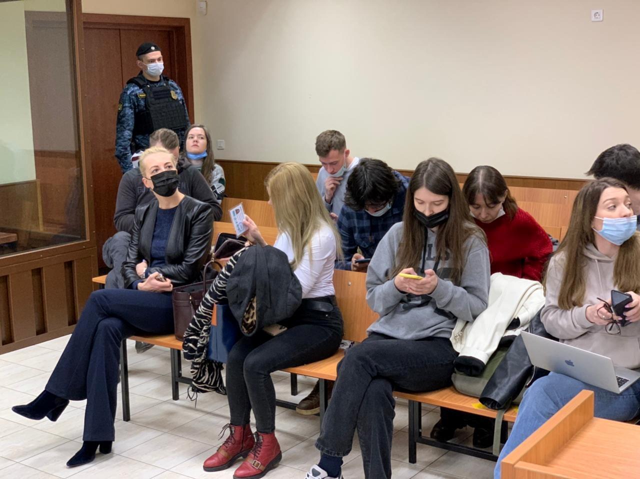 Krievijas opozīcijas līdera Alekseja Navaļnija sieva Jūlija Navaļnaja pirms tiesas sēdes tiek skatīta tiesas zālē, lai izskatītu apelācijas sūdzību par agrāku tiesas lēmumu, kurā Navaļnijs atzīts par vainīgu Krievijas Otrā pasaules kara veterāna nomelnošanā, Maskavā, Krievijā, 29. gada 2021. aprīlī. Maskavas Babuškinska rajona tiesas preses dienests / izdales materiāls, izmantojot REUTERS A