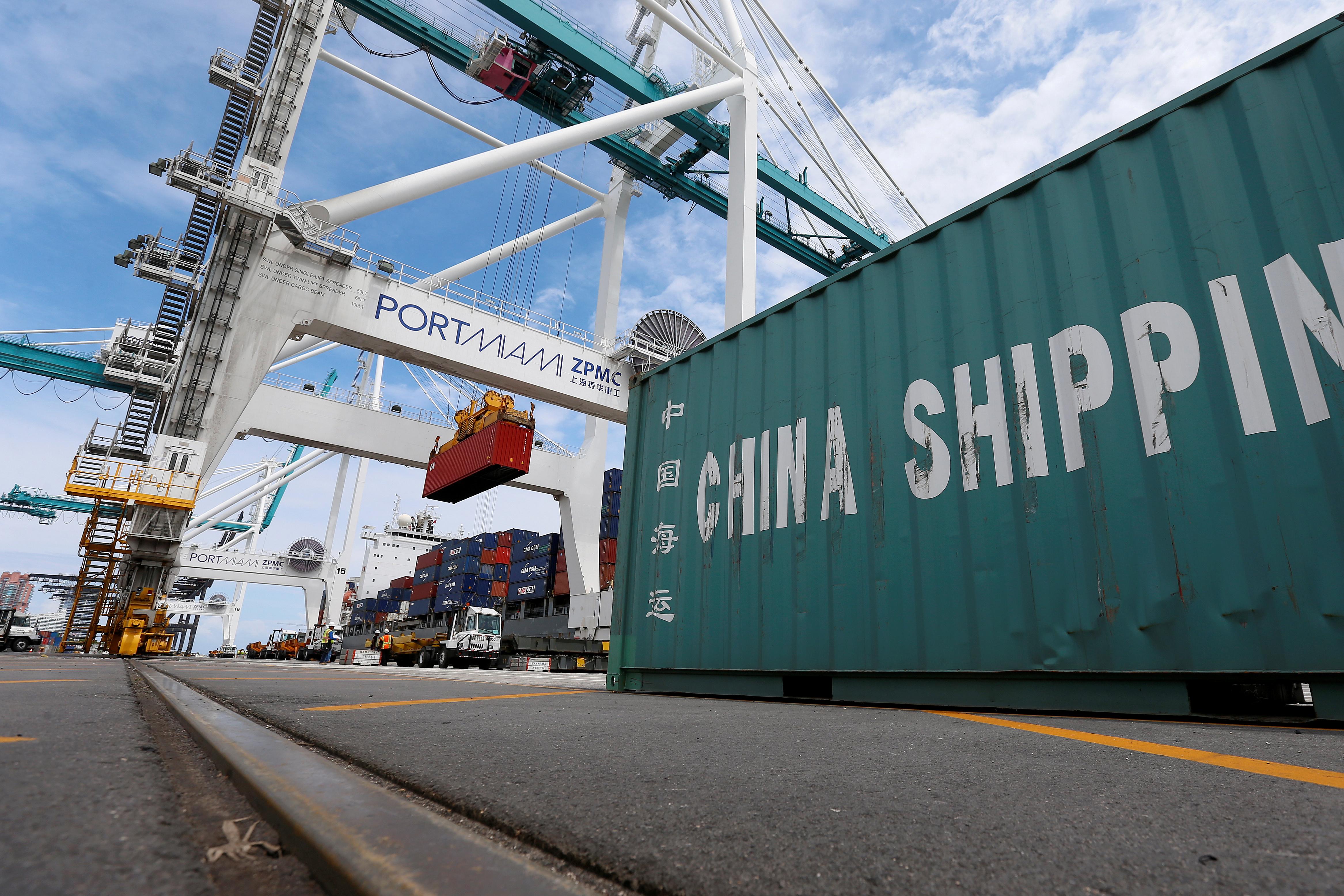 A ship is unloaded using Super Post Panamax cranes in Miami, Florida, U.S., May 19, 2016.   REUTERS/Carlo Allegri/File Photo