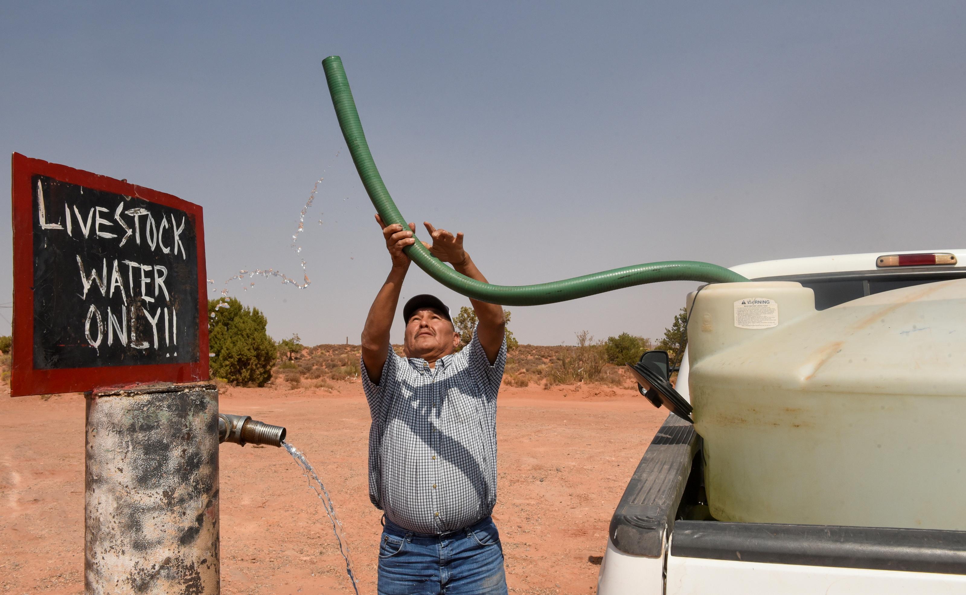 Eugene Boonie, de 55 años, que es de Navajo Nation, llena su tanque de agua en el grifo de agua para ganado en el Capítulo Bodaway en Navajo Nation, en Gap, Arizona, EE. UU. 17 de septiembre de 2020..  REUTERS / Stephanie Keith