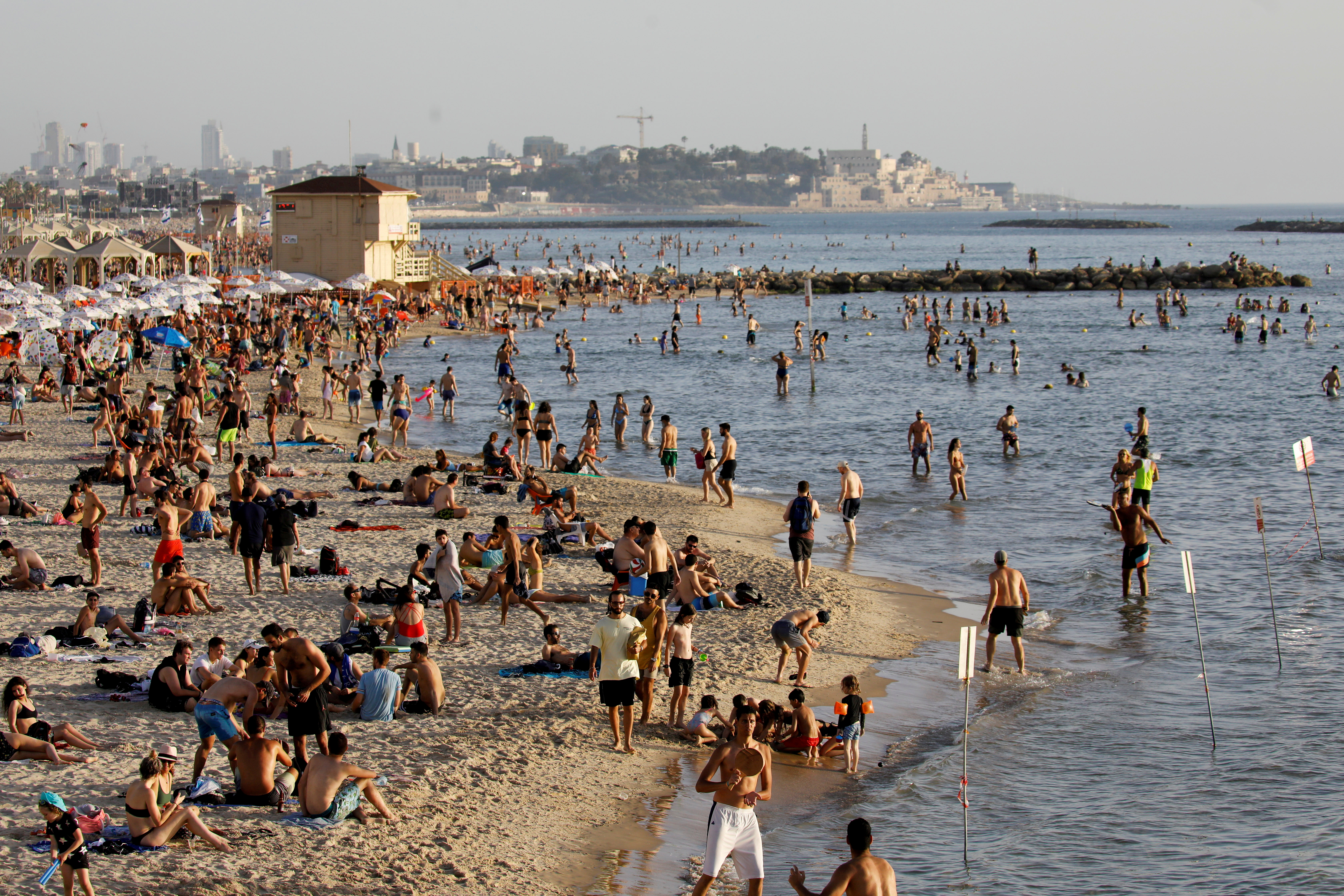 Beachgoers hang out on the shore of the Mediterranean sea in Tel Aviv as coronavirus disease (COVID-19) restrictions eased in Israel May 21, 2020. REUTERS/Amir Cohen