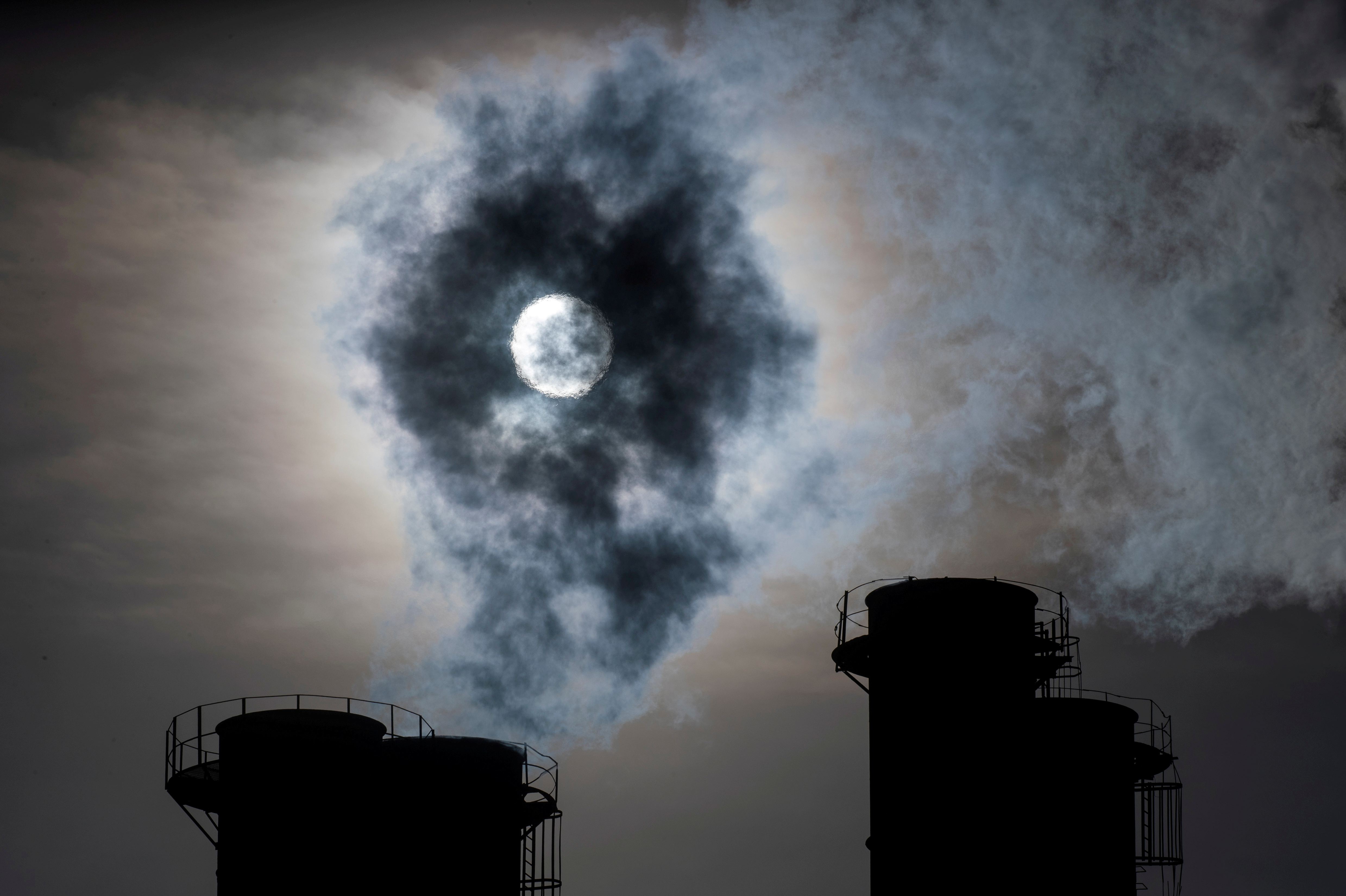 Sun shines through steam rising from chimneys of a power plant in Moscow, Russia November 13, 2019. REUTERS/Maxim Shemetov/File Photo