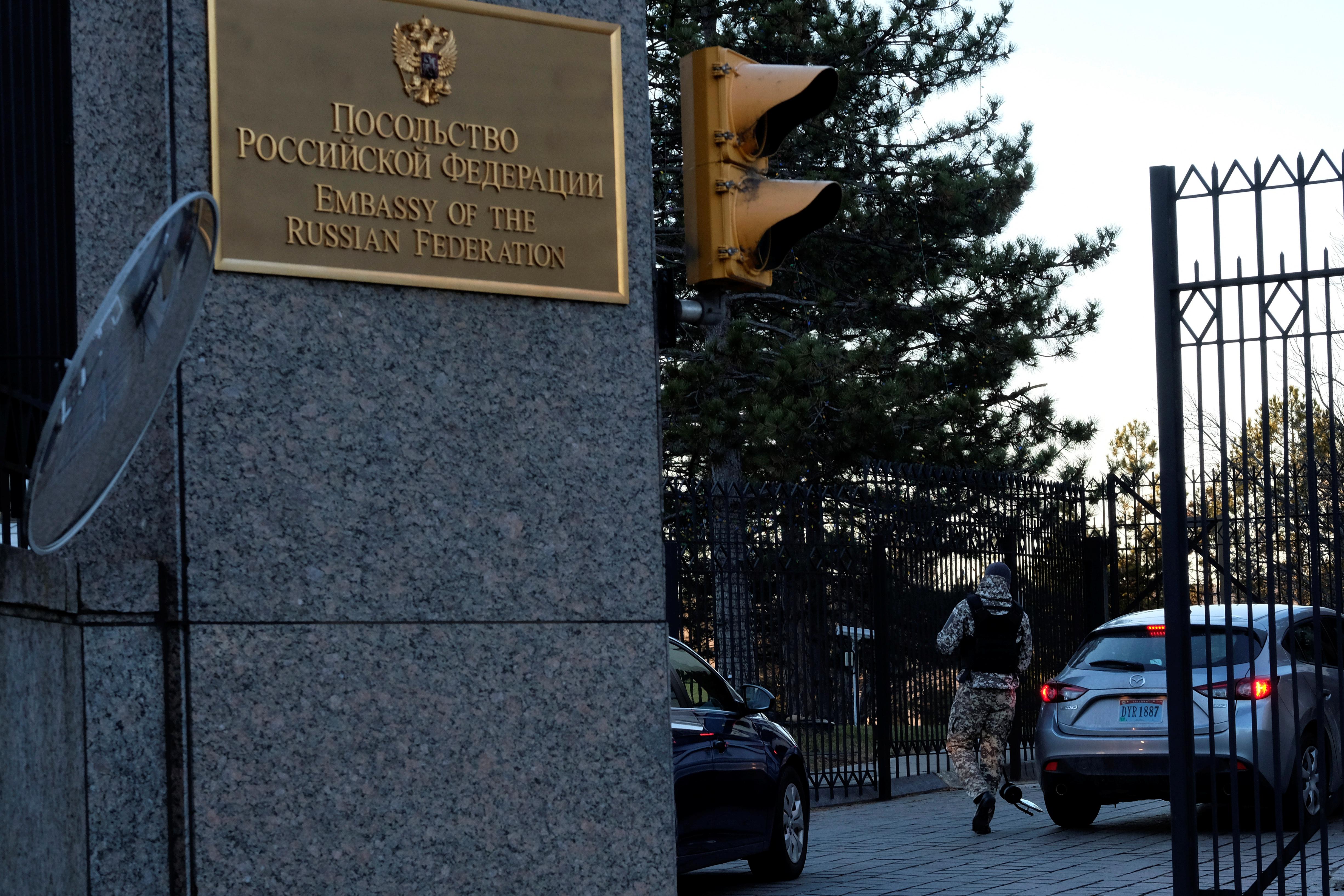 A guard screens cars entering the Russian embassy on Wisconsin Avenue in Washington, U.S. December 29, 2016. REUTERS/James Lawler Duggan