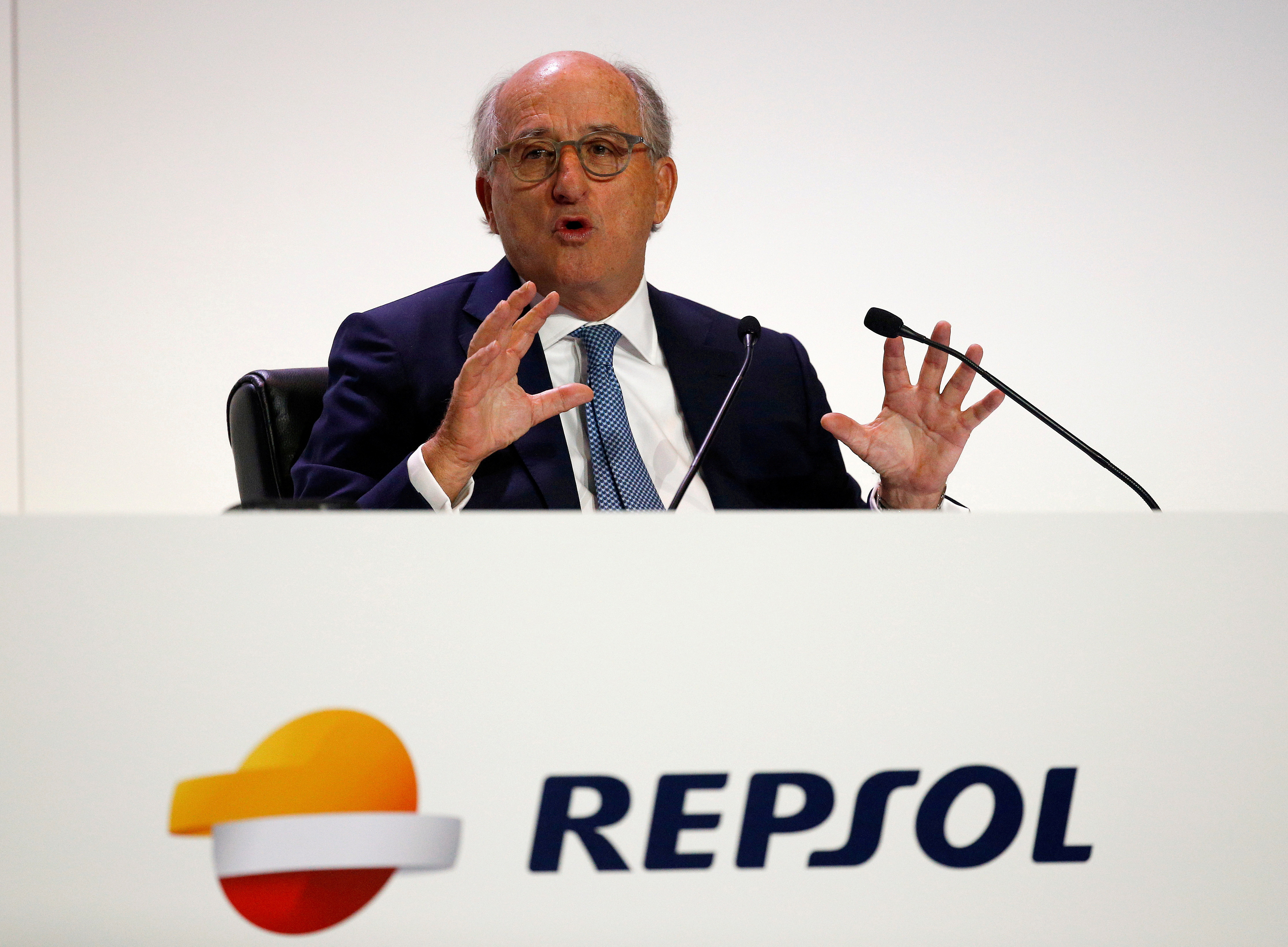 Repsol Chairman Antonio Brufau delivers a speech during the company's annual shareholders meeting in Madrid, Spain, May 19, 2017. REUTERS/Paul Hanna/File Photo