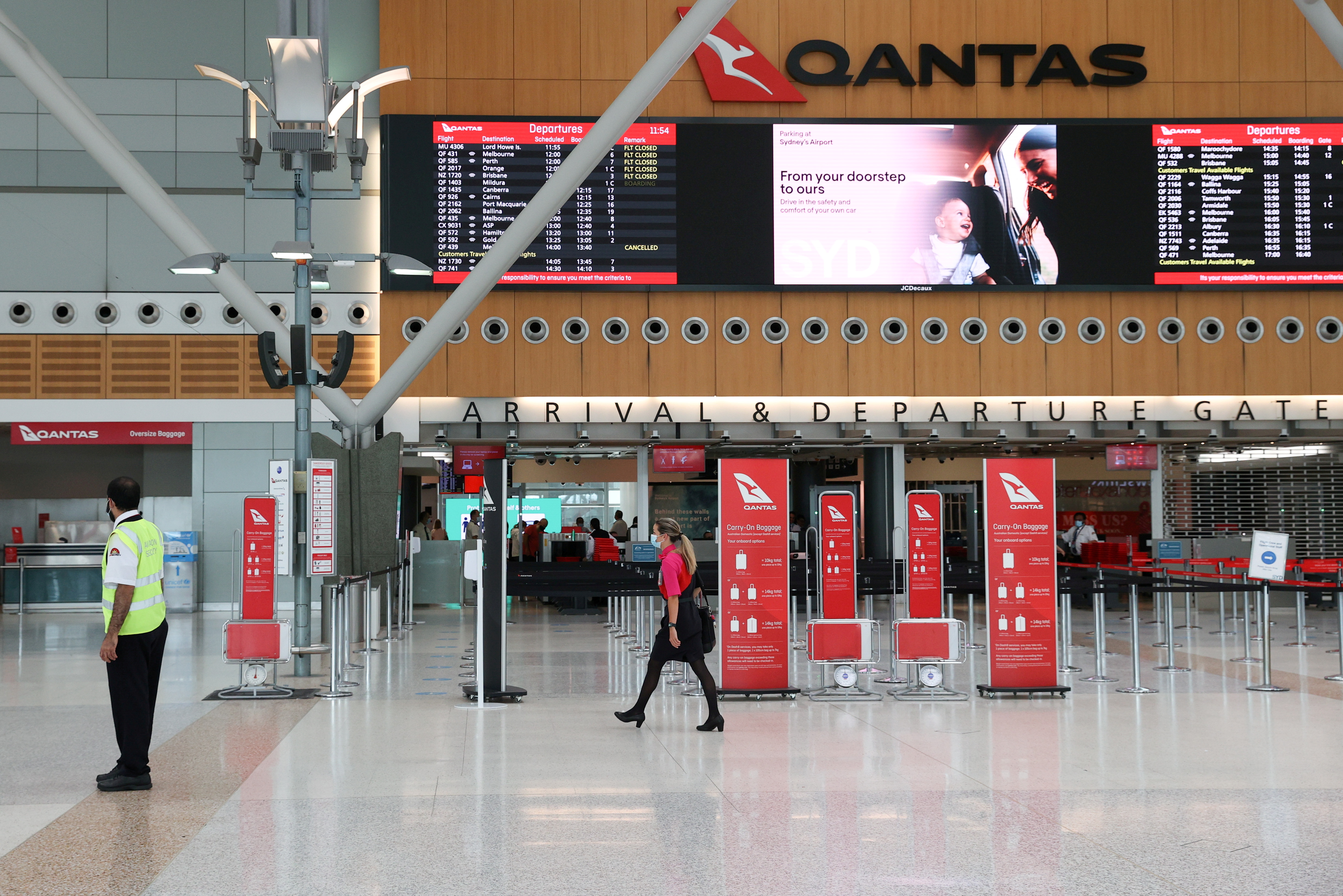 A mostly empty domestic terminal at Sydney Airport is seen after surrounding states shut their borders to New South Wales in response to an outbreak of the coronavirus disease (COVID-19) in Sydney, Australia, December 21, 2020.  REUTERS/Loren Elliott/File Photo