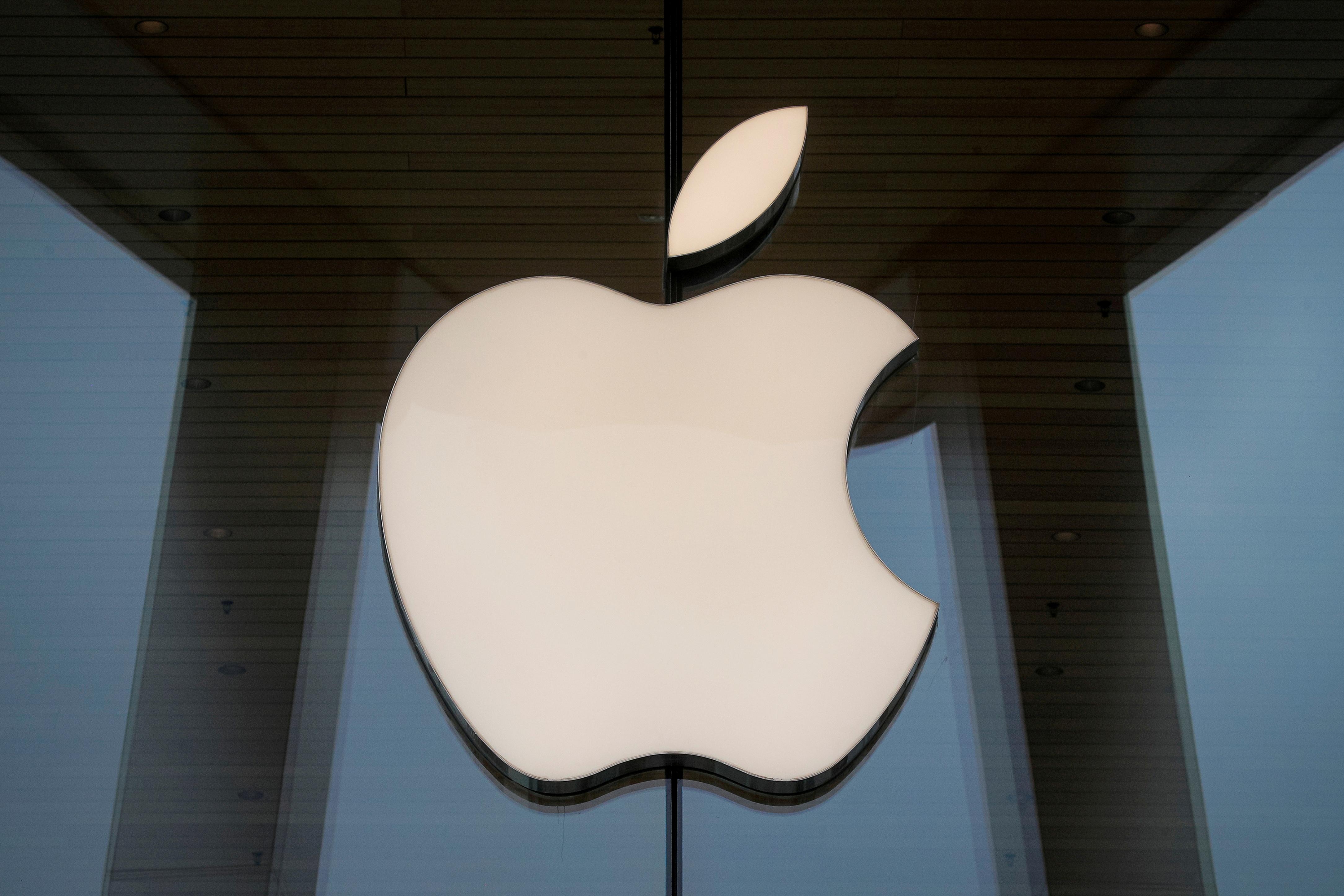 El logotipo de Apple se ve en una Apple Store en Brooklyn, Nueva York, EE. UU. El 23 de octubre de 2020. REUTERS / Brendan McDermid / File Photo
