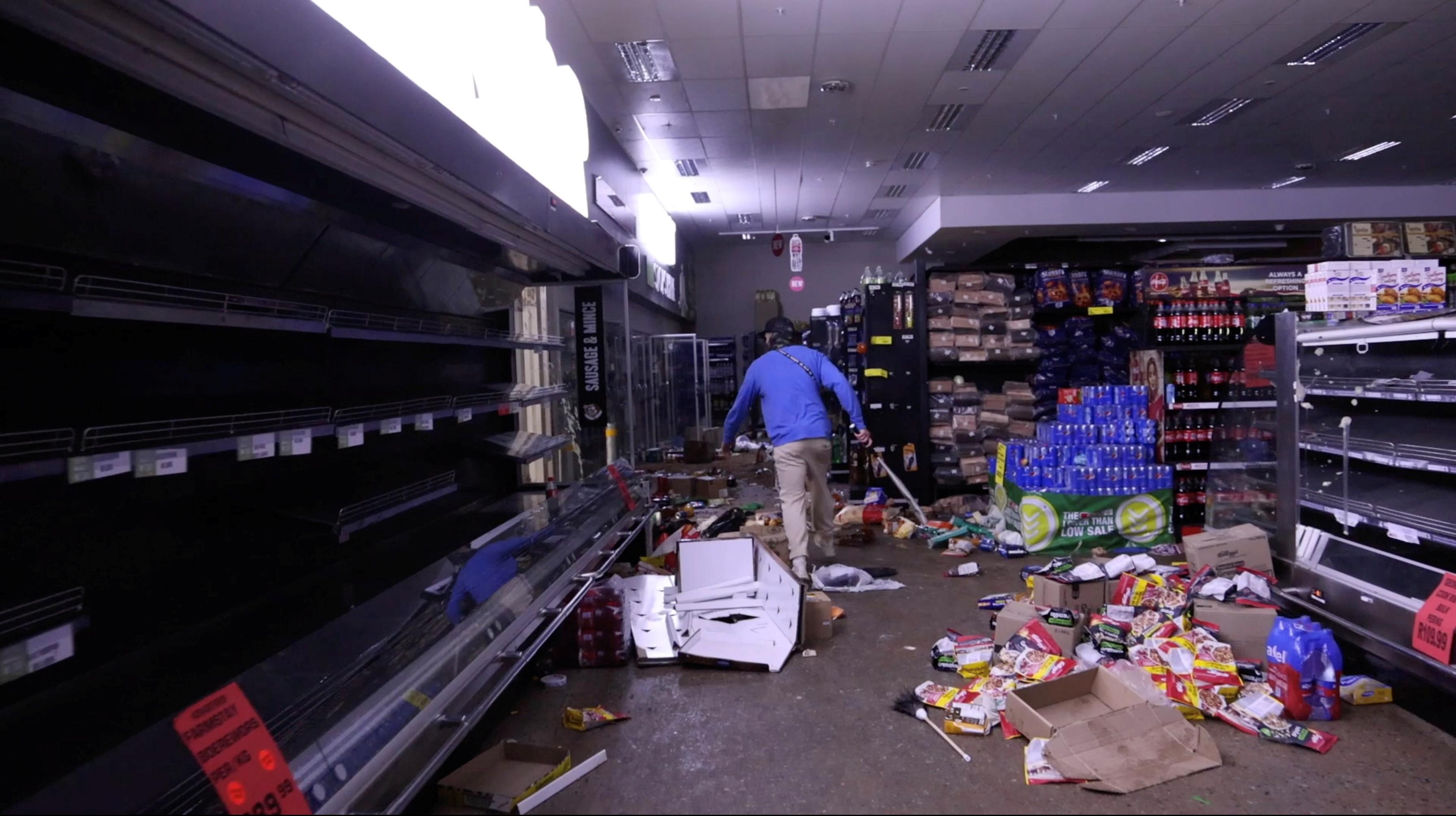 Samozbrojny miejscowy szuka szabrowników w supermarkecie po protestach, które przerodziły się w plądrowanie, w Durbanie w RPA 13 lipca 2021 r. Na tym zrzucie ekranu zaczerpniętym z filmu. Dzięki uprzejmości Kierrana Allena / przez REUTERS