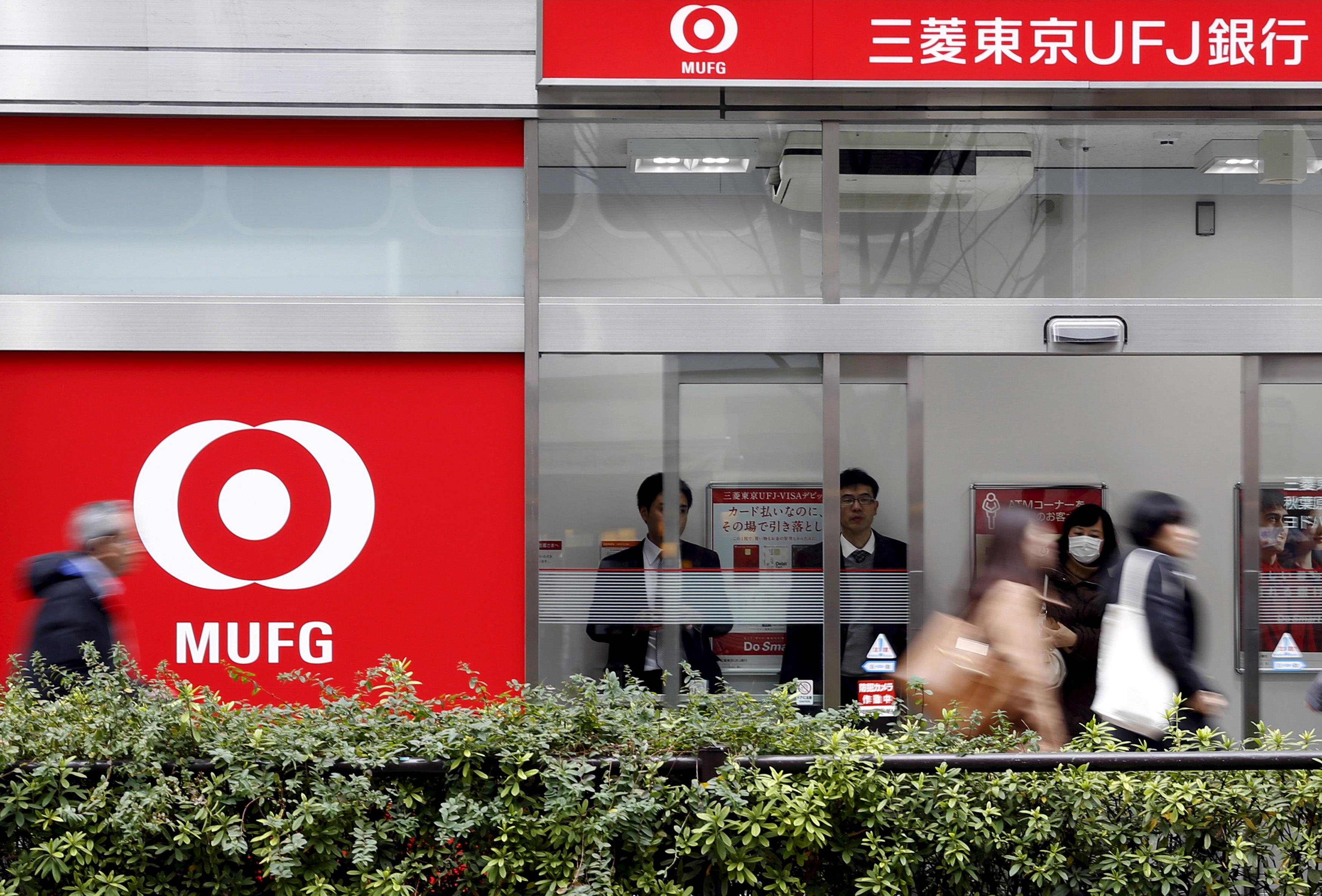 People queue inside a branch of the Mitsubishi UFJ (MUFJ) Financial Group's bank of Tokyo-Mitsubishi UFJ in Tokyo, Japan, February 1, 2016. REUTERS/Yuya Shino/File Photo