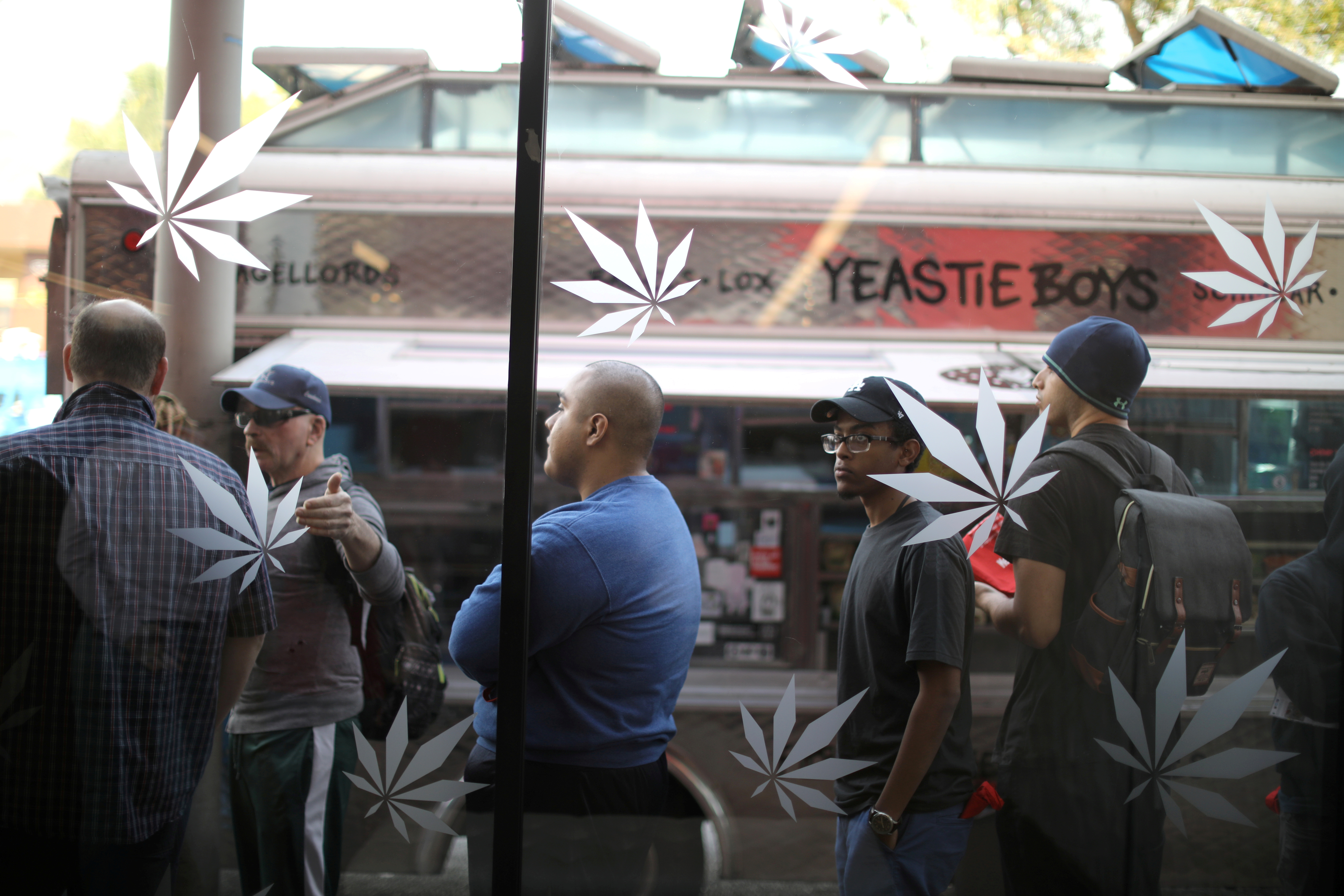 Customers queue for recreational marijuana outside the MedMen store in West Hollywood, California U.S. January 2, 2018. REUTERS/Lucy Nicholson/File Photo