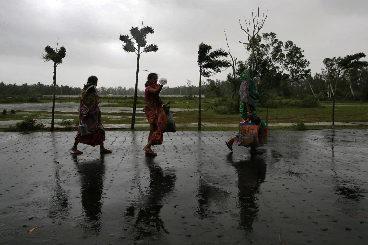Residents move to a safer place ahead of Cyclone Yaas at Digha in Purba Medinipur district in the eastern state of West Bengal, India, May 26, 2021. REUTERS/Rupak De Chowdhuri